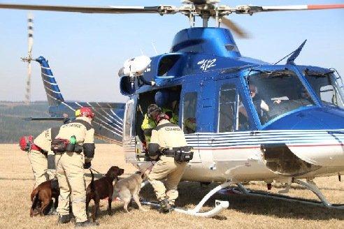 Psí záchranáři létali nad Mosteckem ve vrtulníku